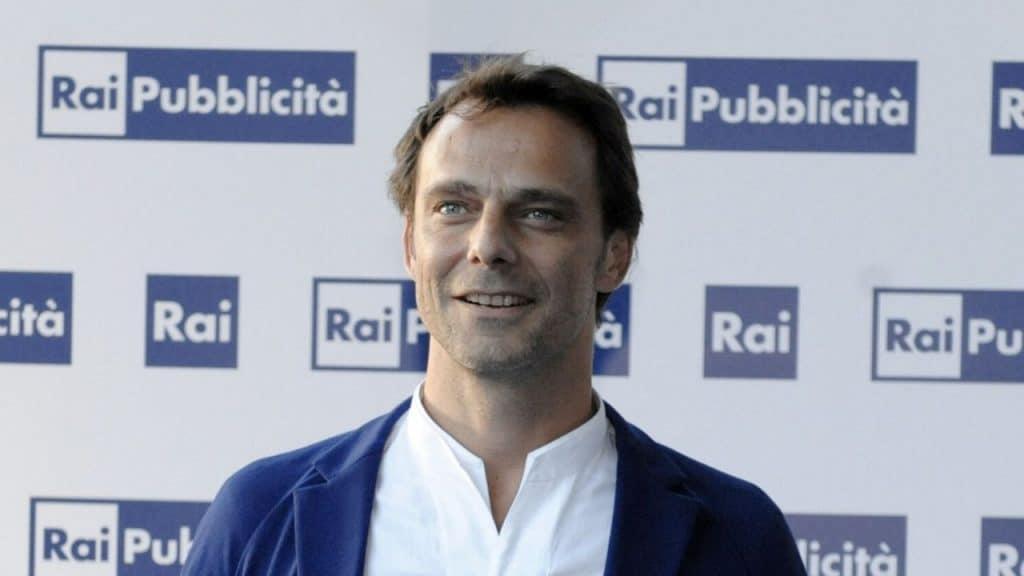 Alessandro Preziosi in dolce compagnia: le foto con una giovane bionda