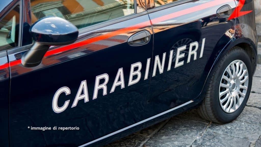 Catania, lega la figlia di 15 mesi al seggiolone e la lancia
