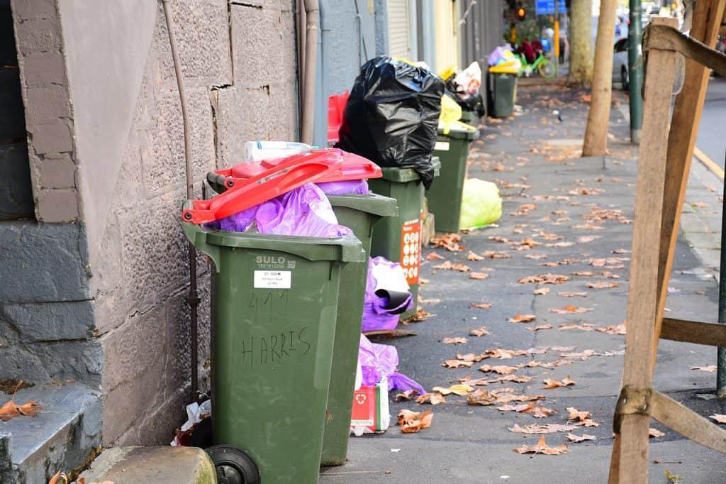 Scooter gettato tra i bidoni della spazzatura: sui social si