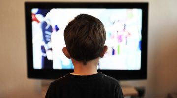 bimbo davanti televisione