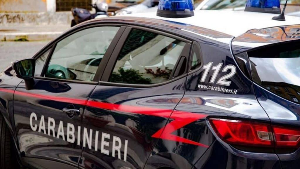 Ladri ubriachi rubano un'auto: dentro c'è un bambino e fanno