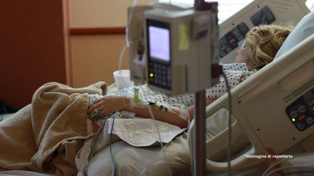 una donna nel letto d'ospedale