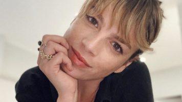 Emma Marrone, primo piano mentre si tiene il mento con una mano