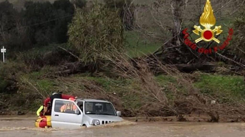 Il maltempo continua a flagellare l'Italia. Allerta in diverse regioni. In Toscana si cerca un motociclista disperso caduto nel fiume. Allerta rossa in Liguria
