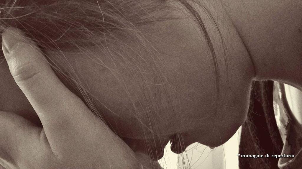 mano di donna che piange