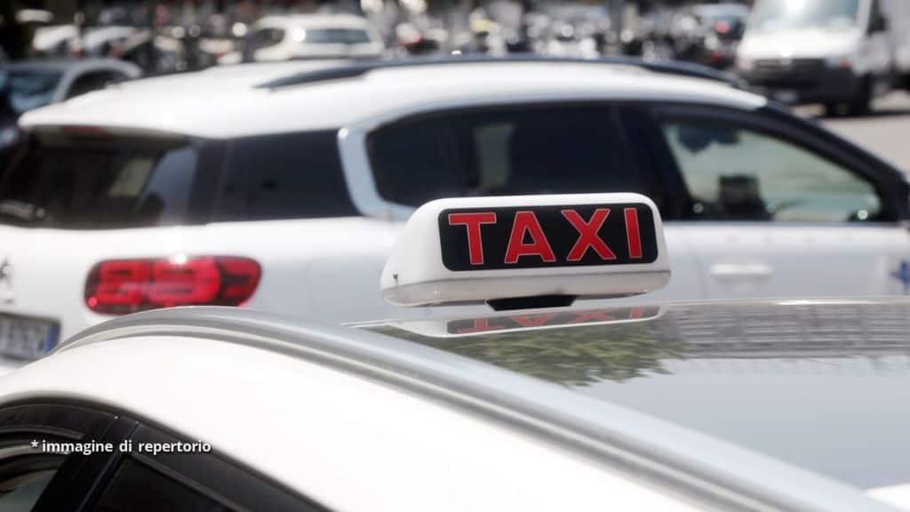 Un tassista ha sferrato un pugno in faccia a un turista spagnolo fuori dall'aeroporto di Fiumicino, reo di avergli chiesto l'uso del tassametro. Accusato di lesioni per futili motivi