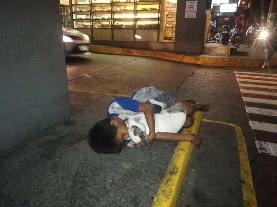 Bambino senzatetto dorme in strada col cane