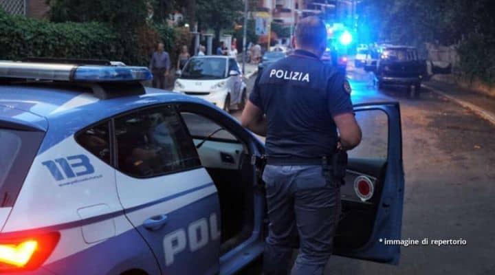 Auto della polizia e poliziotto