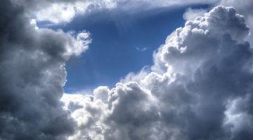 Cielo nuvoloso con sprazzi di sole