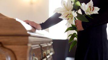 funerale e una bara