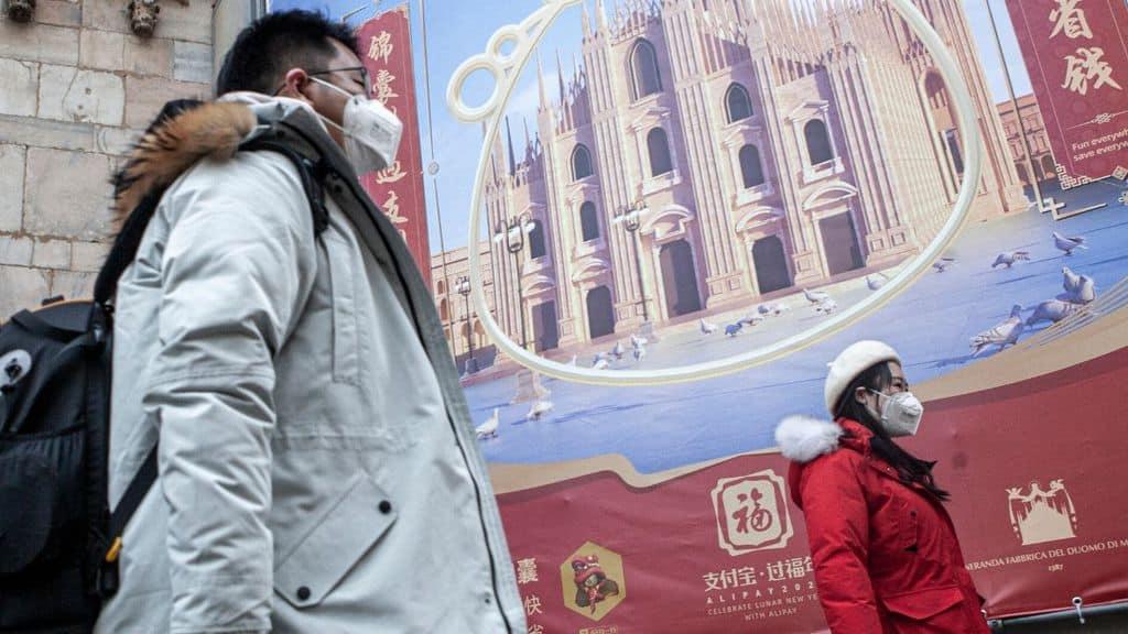 persone orientali con mascherina