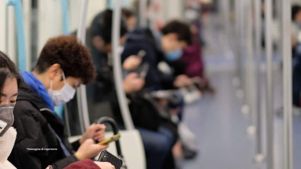 persone in metro