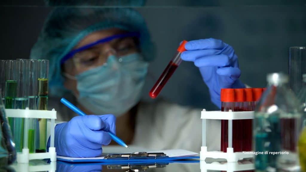 dottoressa che fa analisi sul sangue
