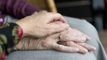 mani di due anziani