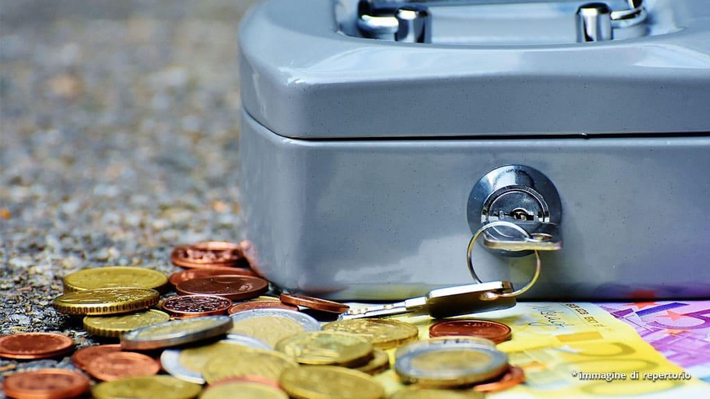 monete, banconote e salvadanaio