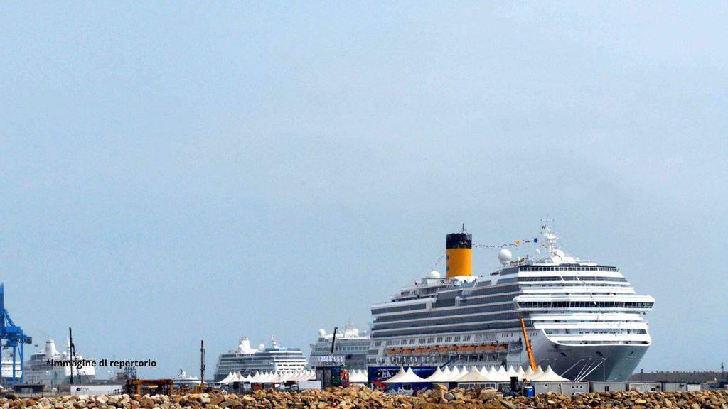 nave da crociera ferma nel porto