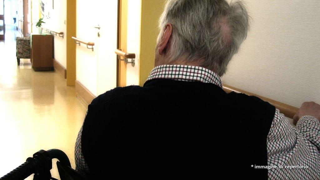 spalle di un anziano