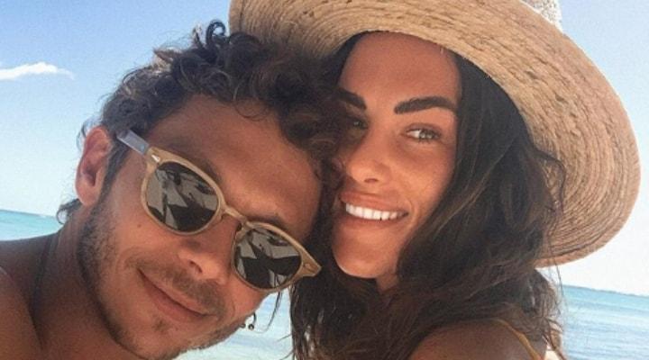Valentino Rossi e Francesca Sofia Novello, vacanze da futuri genitori: la foto in bikini mostra il pancino