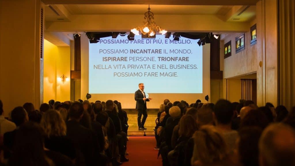 """Paolo Borzacchiello sul palco dell'evento """"A lezione con Leonard Want"""""""