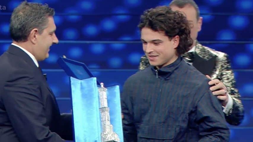Giovanni Toti consegna il premio al vincitore delle Nuove Proposte: Leo Gassmann