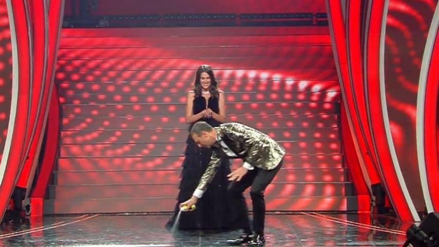 Amadeus disegna sul palco una linea con una bomboletta spray