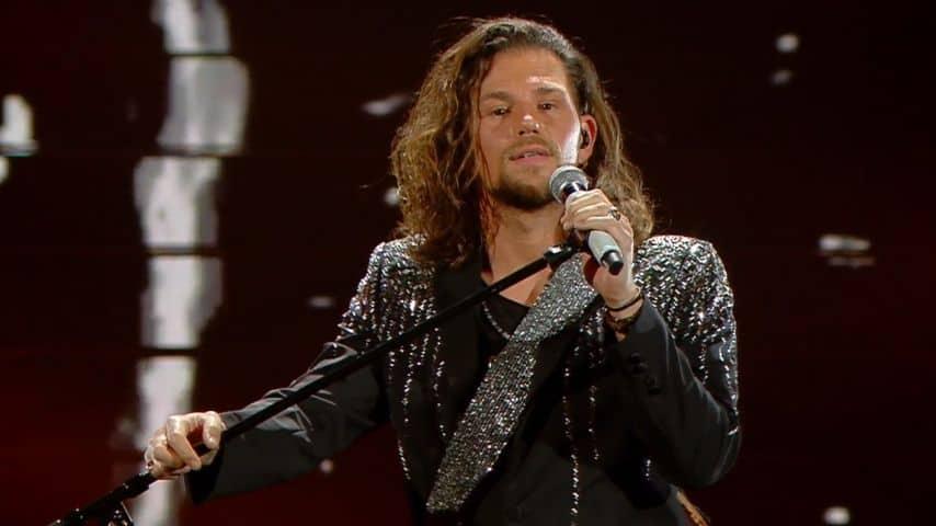 Enrico Nigiotti canta Baciami adesso