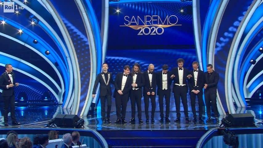 Amadeus insieme ai tre finalisti: Diodato, Francesco Gabbani e i Pinguini Tattici Nucleari
