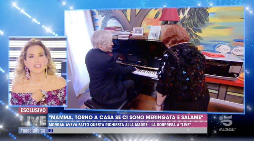 morgan e la madre suonano il pianoforte a live