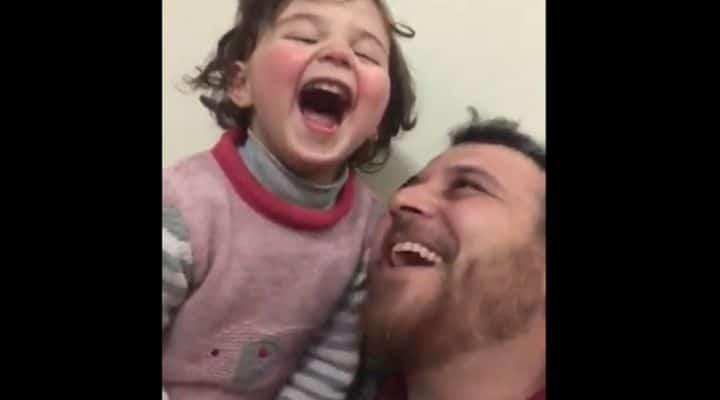 Siria |  padre ride con la figlia di 3 anni mentre esplodono le bombe |  il video