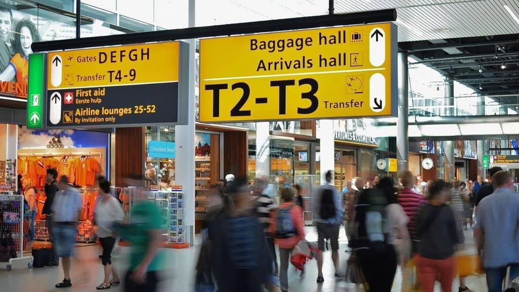 persone in aeroporto
