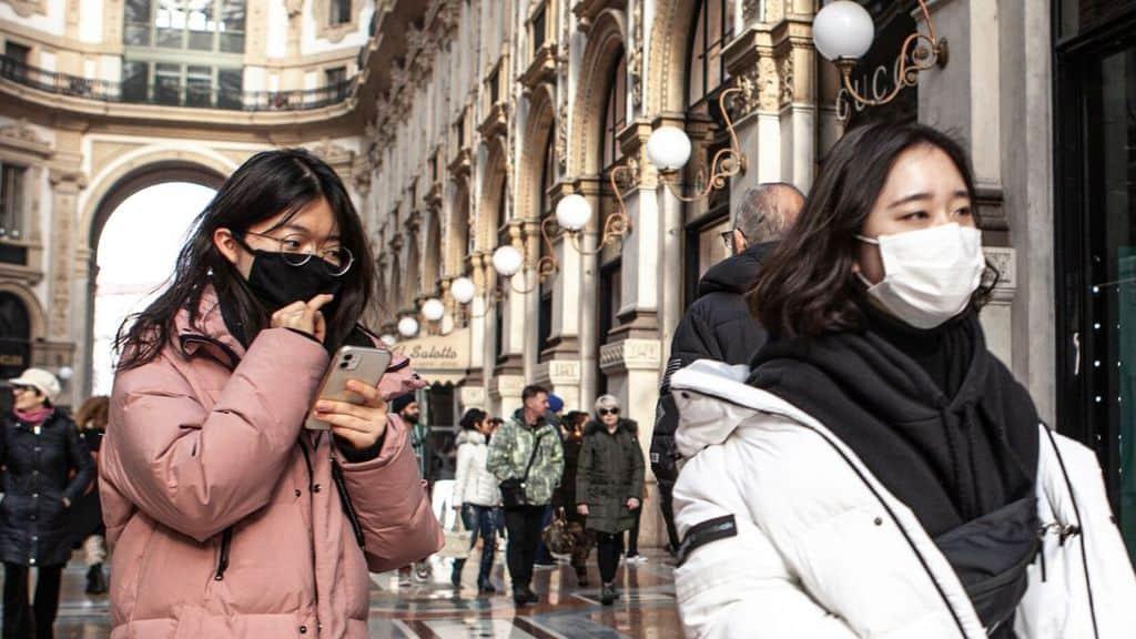 persone con mascherina sterile a Milano