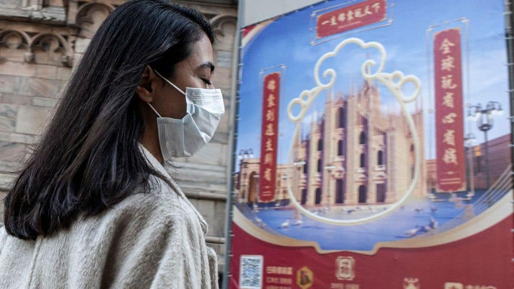 Ragazza cinese con mascherina anticontagio sul viso