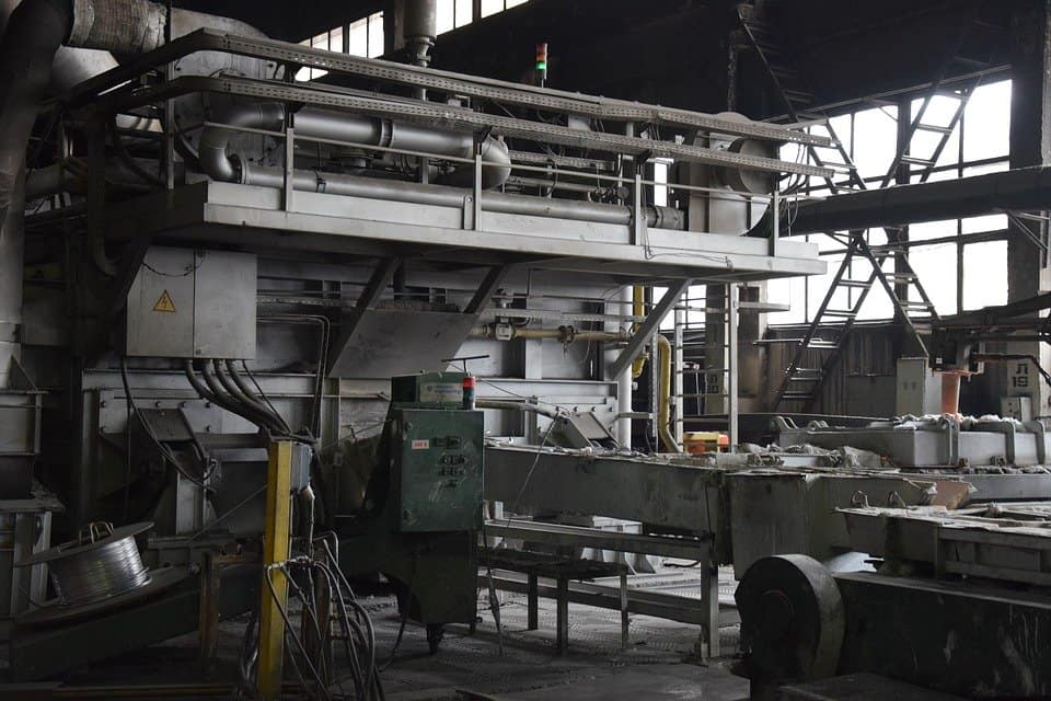 Solidarietà in fabbrica: operai donano ore di lavoro al coll