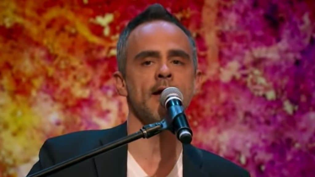 goerge merk mentre canta