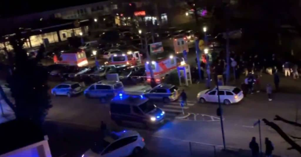 auto della polizia e ambulanze in strada di notte