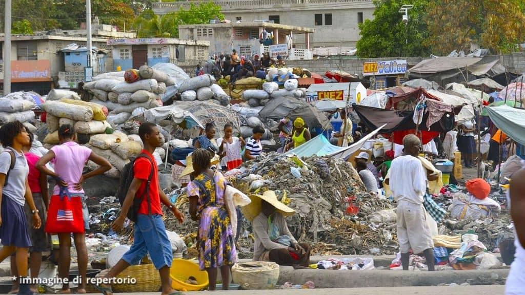 persone camminano a Haiti