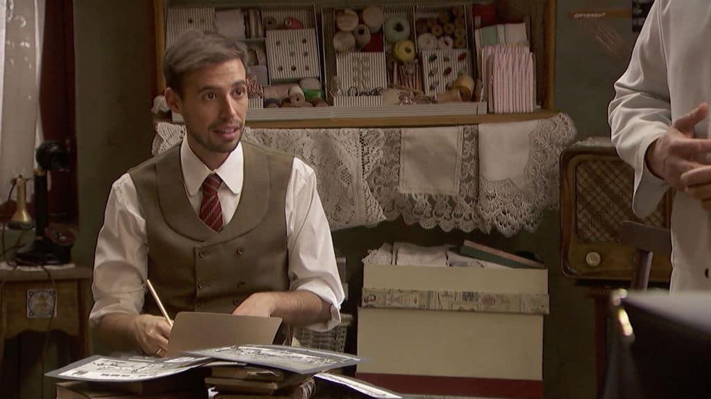 un uomo in costume di scena che scrive