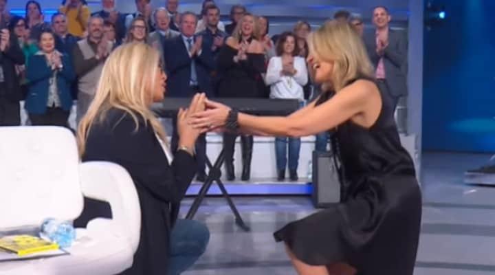 """Mara Venier in ginocchio per Irene Grandi: """"Ti chiedo scusa"""""""