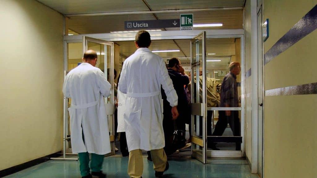 medici in corsia dell'ospedale