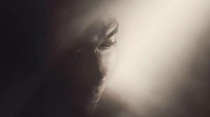 volto di donna nella luce