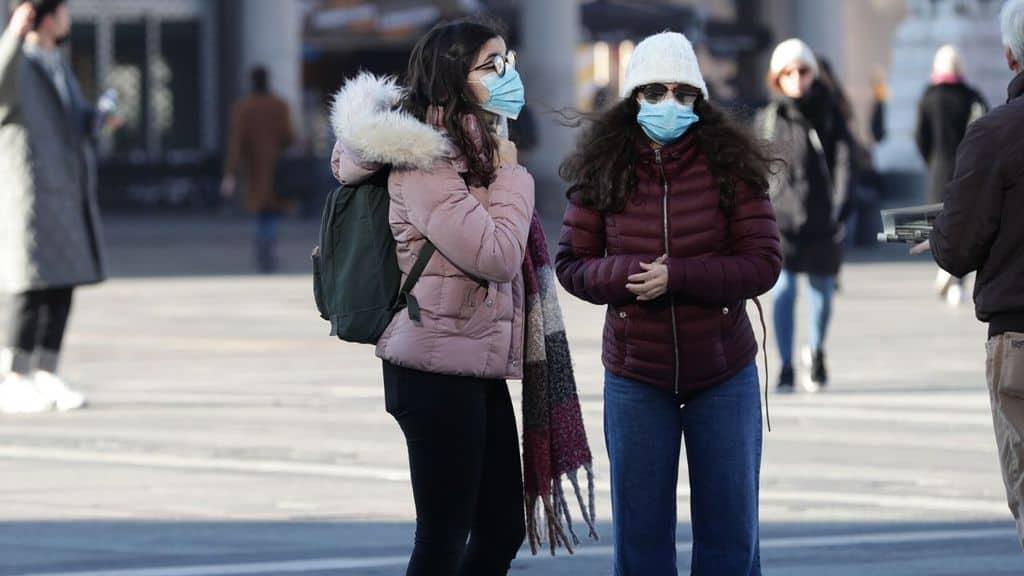 turisti con mascherine in piazza duomo