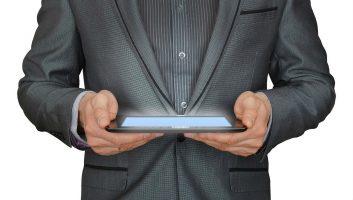 uomo con un tablet