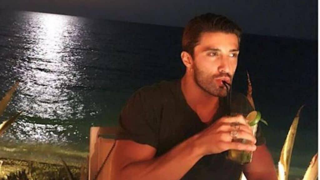 Andrea Iannone che beve in riva al mare