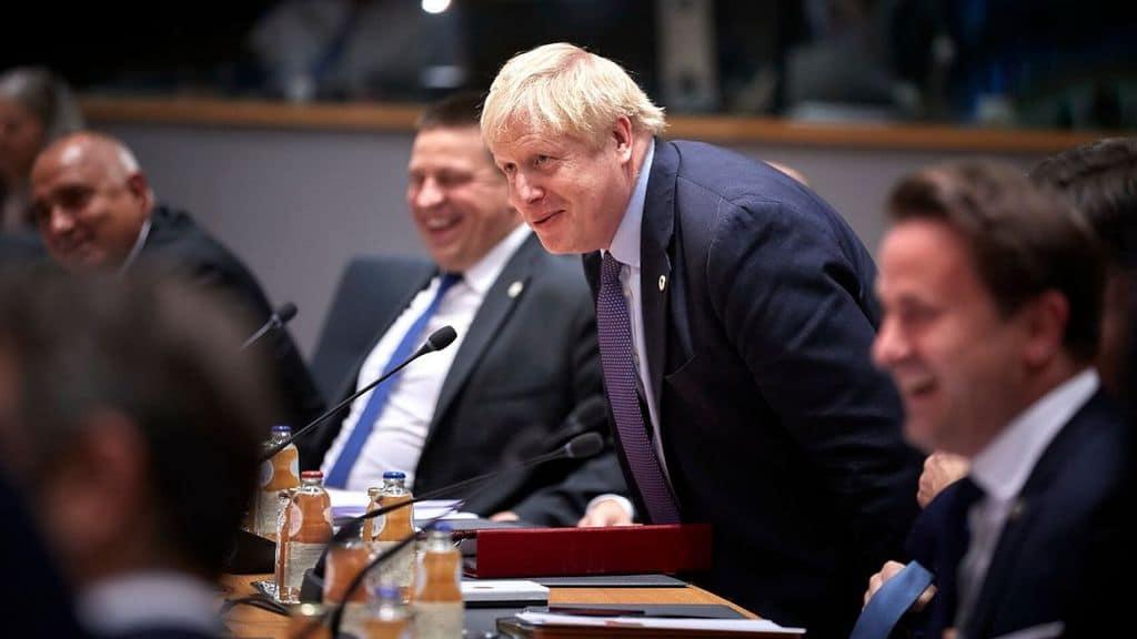 La Gran Bretagna, in mezzo alle polemiche, annuncia di voler combattere il coronavirus con l'immunità di gregge ma che cos'è L'immunologo Mantovani Scelta irresponsabile