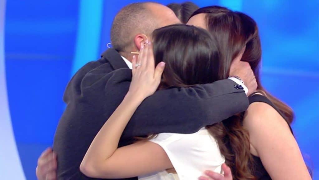 L'abbraccio tra Carmelo e le figlie