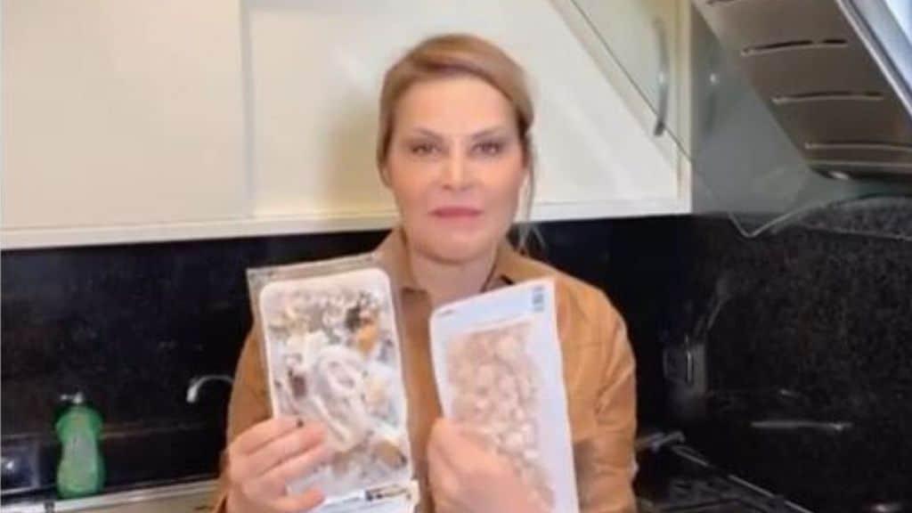 Simona Ventura con le ultime scorte di pesce in mano