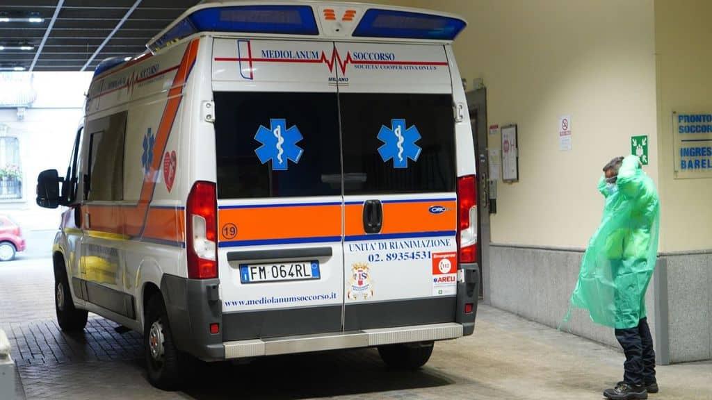 ambulanza con vicino un medico per coronavirus