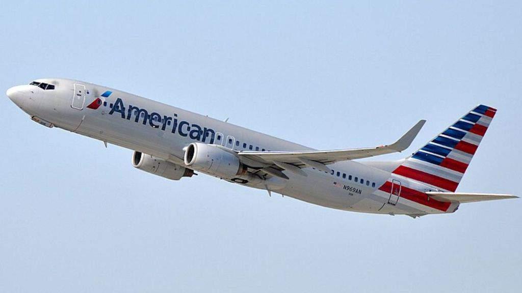 aereo dell'american airlines in volo
