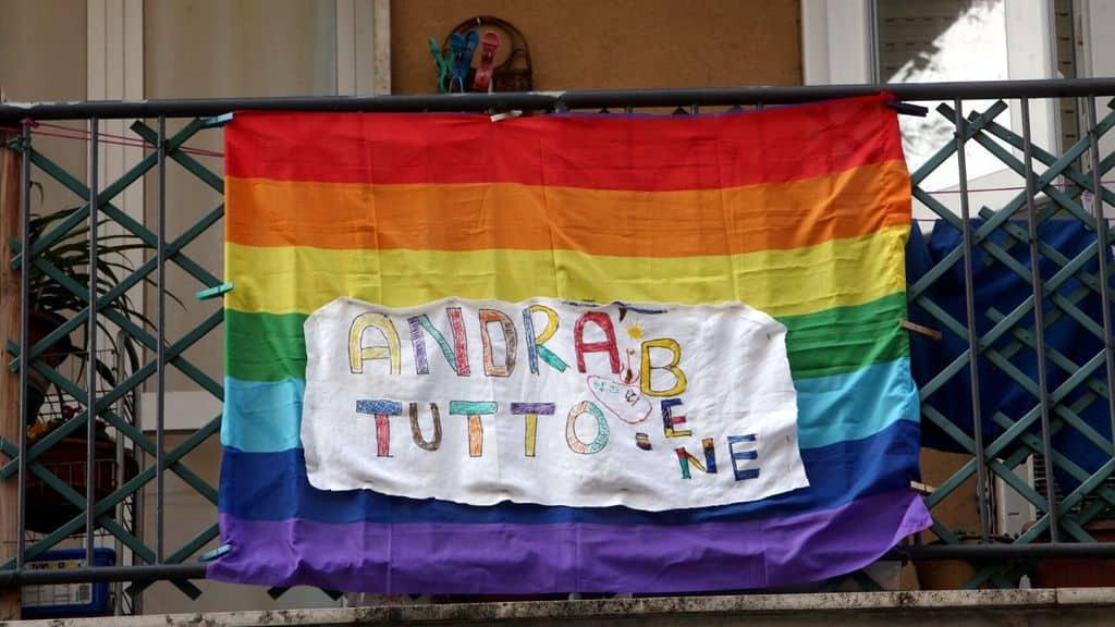 bandiera della pace dal balcone con scritto
