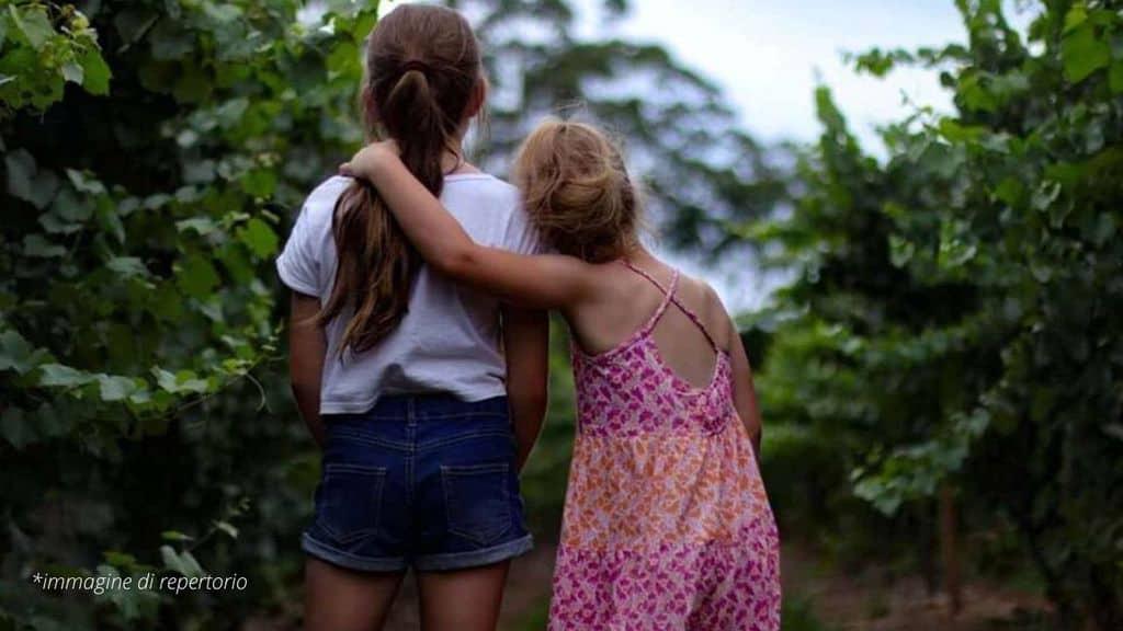 bambine di spalle